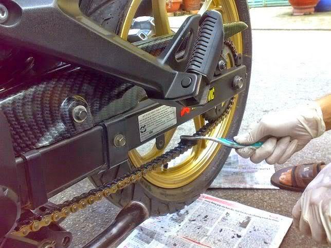 Cách vệ sinh sên trần xe máy tại nhà - 2