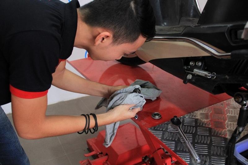 Bảo dưỡng xe máy bằng cách thay nhớt định kỳ - 2