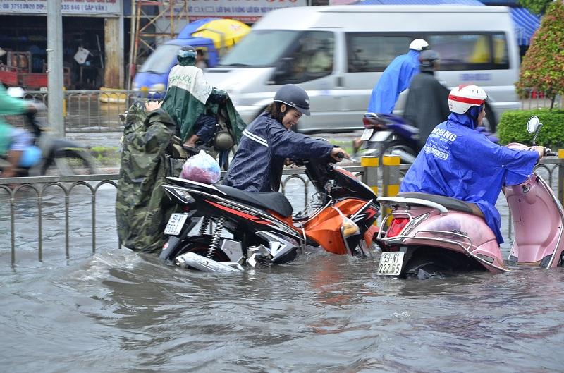 Xe máy bị ngập nước có nên thay nhớt không - 1