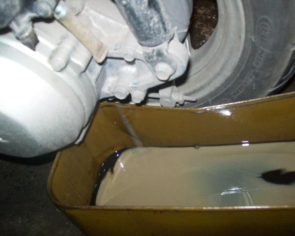 Xe máy bị ngập nước có nên thay nhớt không - 3