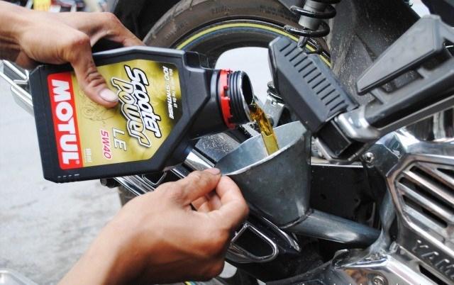 Nhận biết nhớt xe máy giả để bảo vệ động cơ xe