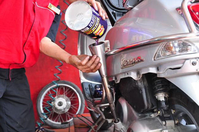 Nhớt xe máy bao lâu nên thay, thông số nhớt thế nào phù hợp với xe?