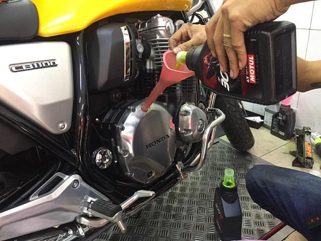 Thay nhớt Motul 300V cho moto cổ điển CB1100